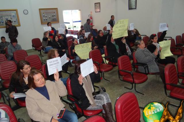 População protestou na sessão da Câmara de Vereadores que acabou suspensa. - Crédito: Foto: Simone Burin