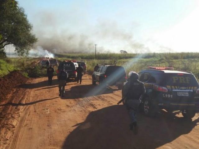 Registro fotográfico no fim da tarde de ontem mostra a fumaça do fogo que consome canaviais na fazenda. - Crédito: Foto: Sidnei Lemos/94