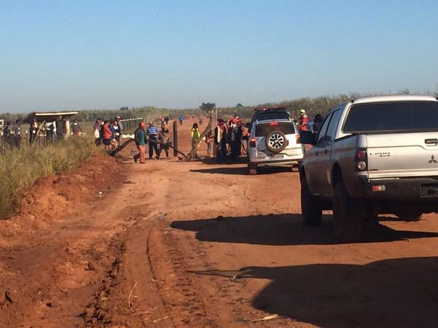 Índios em barreira na estrada que leva à fazenda. Eles estão pintados, armados de arco e flecha e pedaços de pau. - Crédito: Foto: Gabriela Pavão/ G1 MS