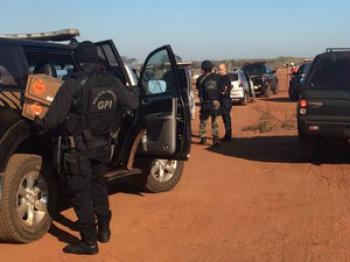 Policiais na estrada de acesso à fazenda  - Crédito: Foto: Gabriela Pavão/ G1 MS