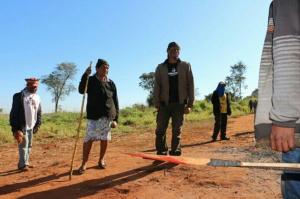 Índios no local onde ocorreram os conflitos na terça-feira. - Crédito: Foto: Hélio de Freitas/Campo Grande News