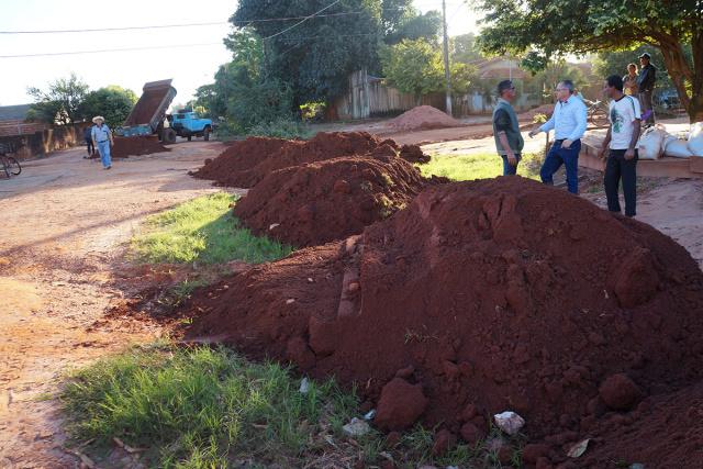 Prefeito de Ivinhema Tuta acompanha obras de recuperação de estradas no distrito de Amandina. - Crédito: Foto: Paulo César