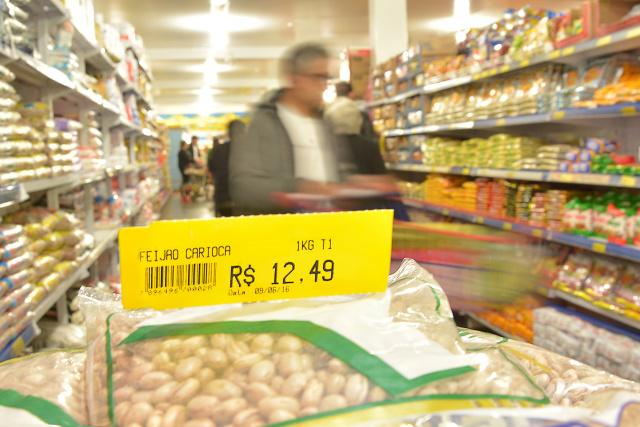 Preço do feijão nos supermercados assusta  consumidores que resistem em comprar o produto. - Crédito: Foto: Marcos Ribeiro