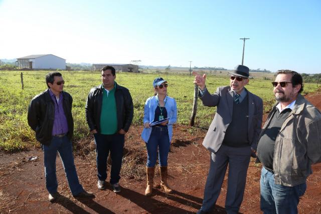 Técnicos da Agraer e secretários reunidos na área que foi doada pela Prefeitura para construir a Ceasa, na BR-163, vizinha à BR-376. - Crédito: Foto: A. Frota/Assecom