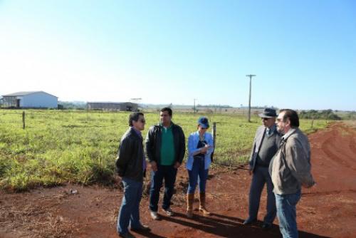 Técnicos da Agraer e secretários reunidos na área que foi doada pela Prefeitura para construir a Ceasa, na BR-163 – A. Frota -