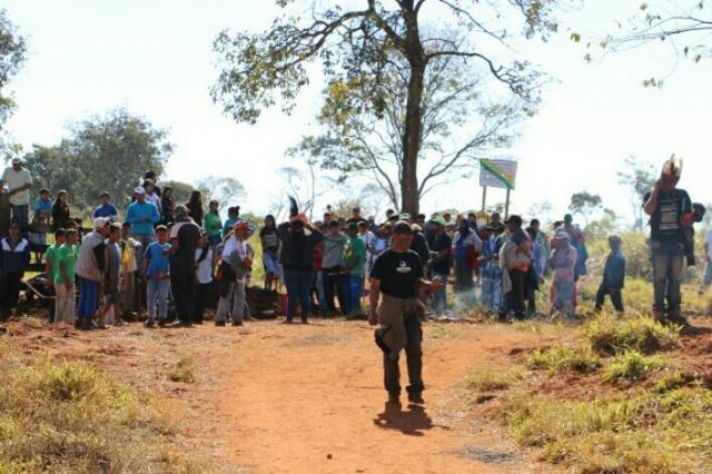 Na entrada da fazenda Yvu, confronto entre indígenas e fazendeiros aconteceu na manhã de terça-feira - Crédito: Foto: Helio de Freitas/Campo Grande News