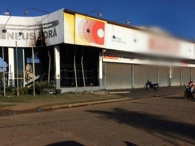 Loja de pneus amanheceu queimada, na fronteira com o Paraguai - Crédito: Foto: Martim Andrada/ TV Morena