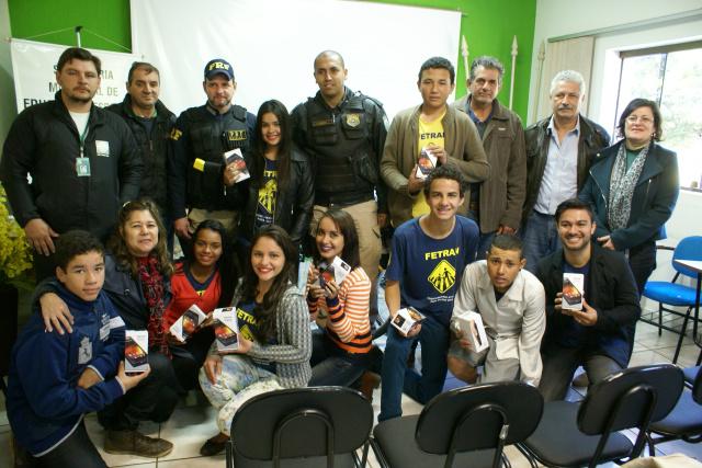 Alunos da Escola Municipal Rui Barbosa e autoridades no evento de premiação do Festival Temático de Teatro para o Trânsito - Crédito: Foto: Dilermano Alves