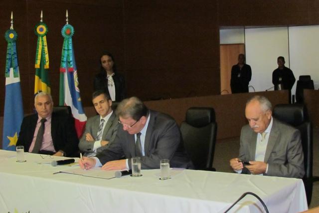 Desembargador João Maria Lós,  assina adesão do projeto Petição 10, Sentença 10. - Crédito: Foto: Elvio Lopes