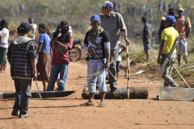 Indígenas montaram barreiras para impedir entrada e saída de propriedades rurais em Caarapó. - Crédito: Foto: Hédio Fazan