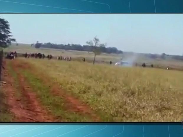 Imagem mostra momento do confronto entre índios e produtores em Caarapó MS - Crédito: Foto: Reprodução/TV Morena