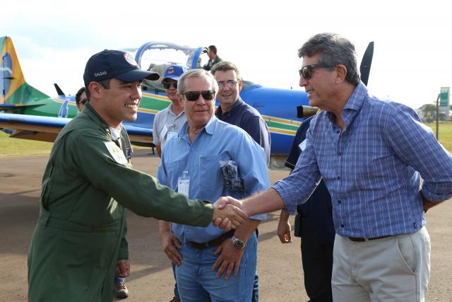 Prefeito Murilo cumprimenta o tenente coronel aviador Libero Onoda, na chegada da equipe. - Crédito: Foto: A. Frota