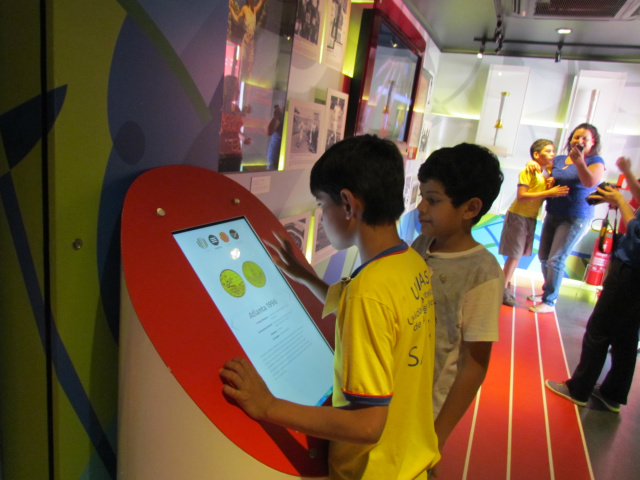 Crianças do Centro de Convivência do Jardim Noroeste durante visita ao Museu Itinerante na Capital. - Crédito: Foto: Elvio Lopes
