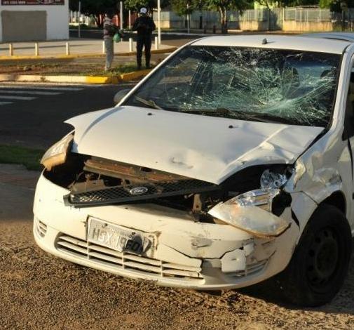 Carro envolvido no acidente com moto ficou com a frente destruída. - Crédito: Foto: Alcides Neto/Campo Grande News