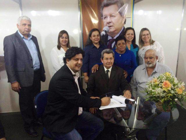 Prefeito Léo Matos assinou vários convênios, na semana passada no Centro de Convenções Rubens Gil de Camilo, em Campo Grande, e destacou o envolvimento dos vereadores do município de Naviraí. - Crédito: Foto: Divulgação