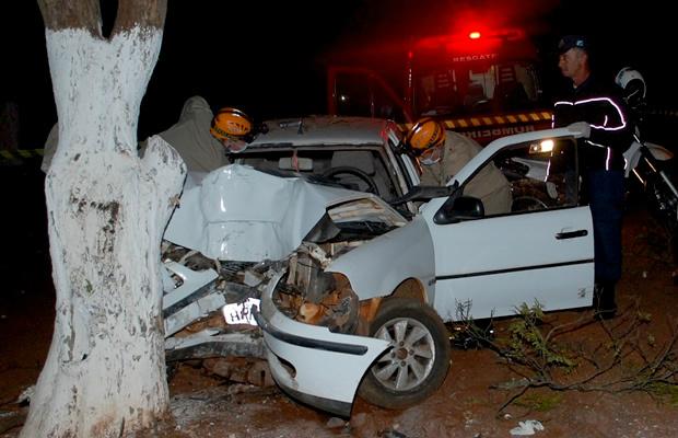 Mulher seguia sentido ao Município de Vicentina, quando perdeu o controle e colidiu contra árvore -  Foto: SiligaNews -