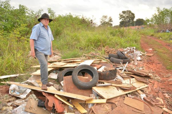 Lixão toma conta de ruela de bairro Jd. Clímax; na foto, Valdemar Palma mostra um dos escombros com focos de dengue -
