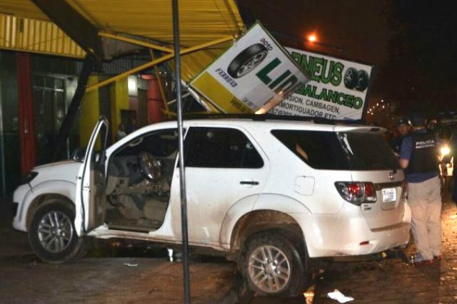Carro branco foi usado pelos atiradores que executaram 3 pessoas. - Crédito: Foto: Divulgação
