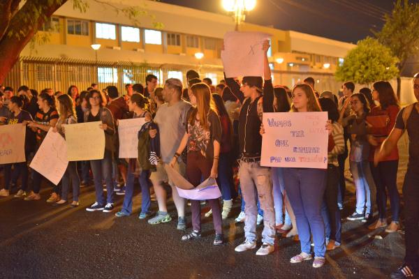Estudantes reivindicam lombada eletrônica. Foto: Marcos Ribeiro -