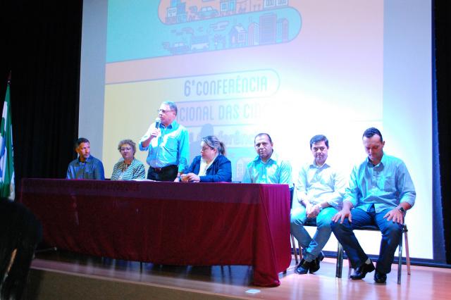 Prefeito Arilson em seu pronunciamento durante a conferência. - Crédito: Foto: Marcos Paulo