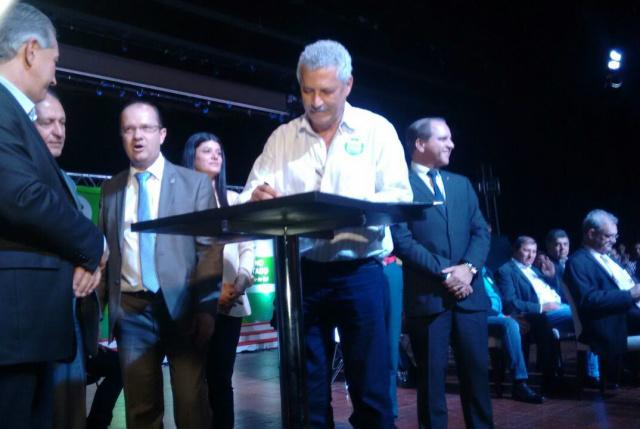 Momento da assinatura de convênios com o governo de MS, em cerimônia realizada na Capital. - Crédito: Foto: Ivo Benites