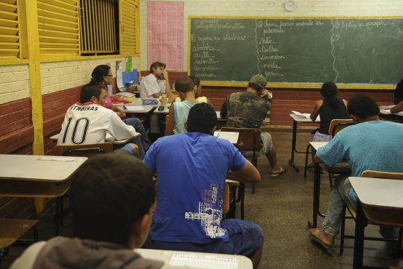 Parte dos alunos do ensino médio noturno poderia estar no diurno, mostra estudo -
