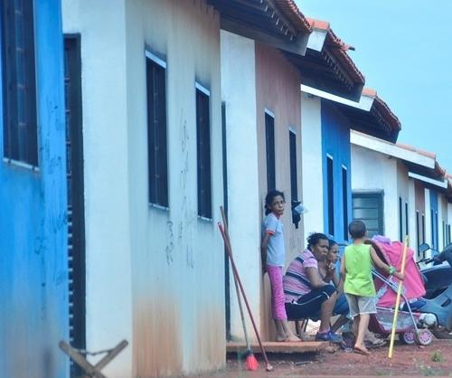 Residencial Dioclécio Artuzi foi invadido por famílias sem-teto no ano passado e até agora casas não foram entregues - Crédito: Foto: Campo Grande News