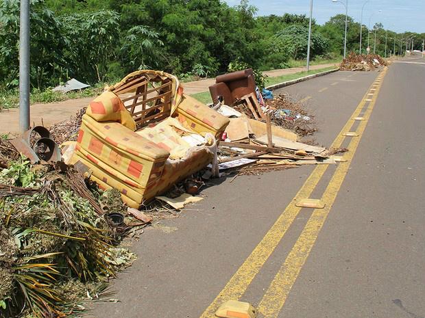 Sofá colocado em meio a entulho para remoção - Crédito: Foto: Mário Bueno/ Divulgação PMCG