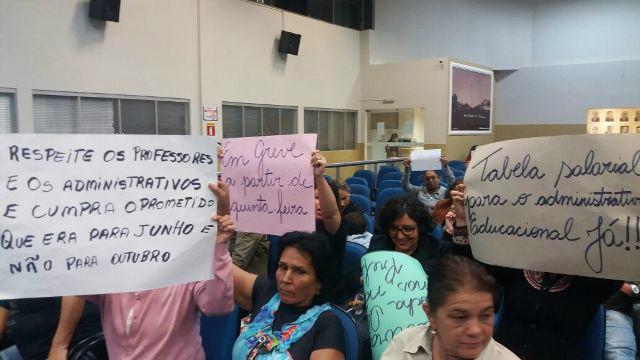 Educadores durante protesto na Camara Municipal na segunda-feira Foto: Simted -