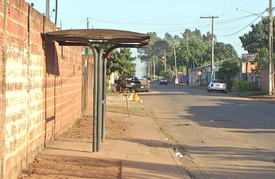 Ponto de ônibus em que idoso foi atacado. - Crédito: TV Morena