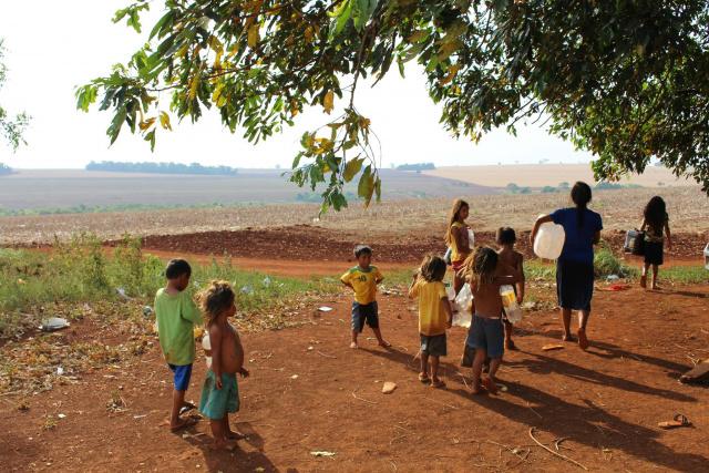 Falta de água obriga indígenas a percorrerem vários quilômetros com baldes, garrafas e galões. - Crédito: Foto: Ricardo Minella