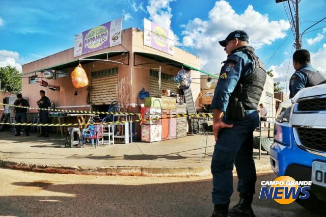 Corpo do rapaz foi encontrado nos fundos do comércio. - Crédito: Foto: Campo Grande News