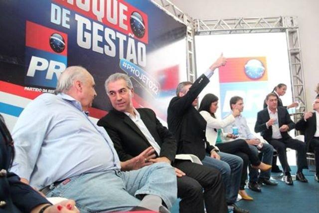 Ex-deputado Londres Machado e governador Reinaldo Azambuja durante a reunião. - Crédito: Foto: Divulgação