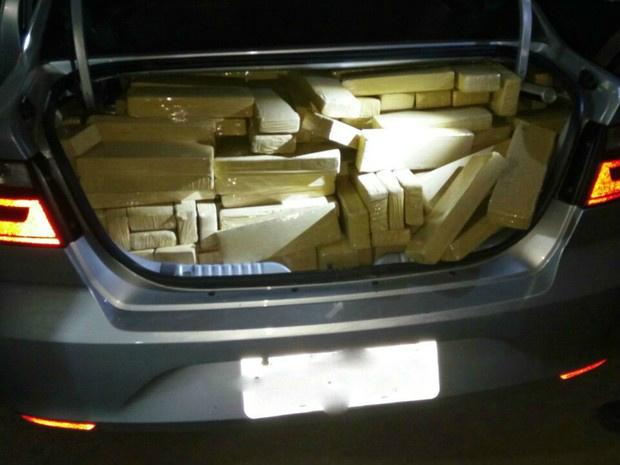 Carro estava carregado de maconha - Crédito: Foto: PM/ Divulgação