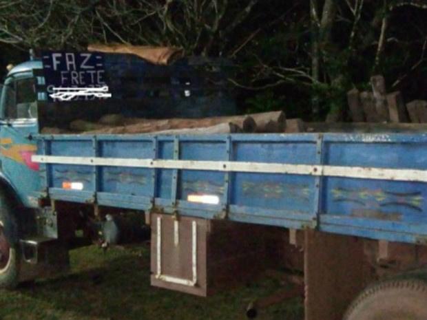 Caminhão e madeira foram encaminhados pela PMA para Anastácio - Crédito: Foto: PMA/Divulgação