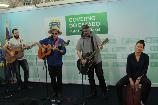 Paulo Simões, acompanhado de Ju Souc, Guga Borba e Leandro Peres, apresentou três músicas de autoria de Geraldo Roca. - Crédito: Foto: Divulgação