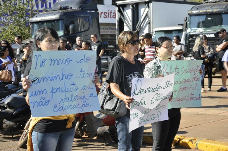 Professores tomaram os semáforos na manhã desta segunda-feira em Dourados Fotos: Hedio Fazan -