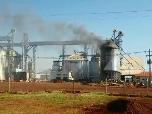 Incêndio no silo iniciou na parte da manhã e destruiu estrutura - Crédito: Foto: Sandro Almeida/Reprodução