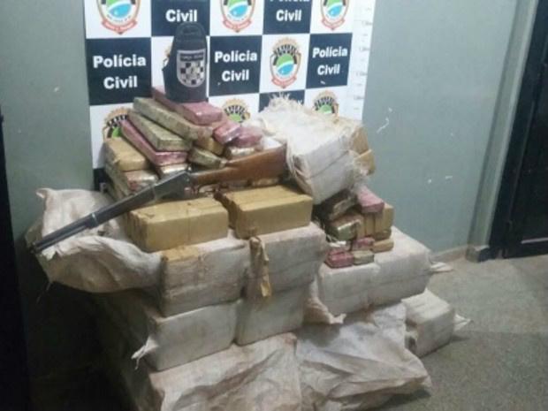 Droga e arma apreendida durante operação Garapa - Crédito: Foto: Polícia Civil/ Divulgação