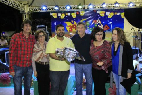 Prefeito Murilo durante entrega da premiação a vencedores do concurso de quadrilhas. - Crédito: Foto: A. Frota