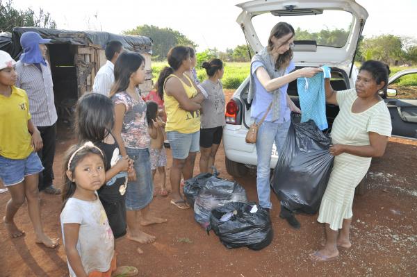 Roupas da Campanha do Agasalho realizada pelo Jornal O Progresso são entregues à família da senhora Salina -