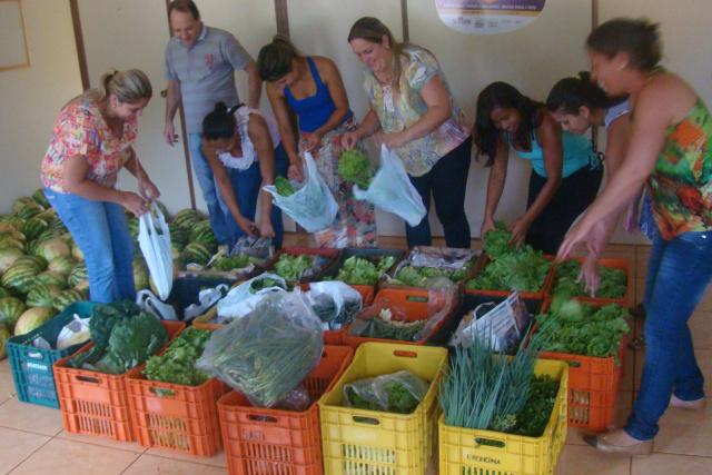 Prefeito Sidney Foroni investe na agricultura familiar adquirindo alimentos dos assentados para a merenda escolar. - Crédito: Foto: Assessoria