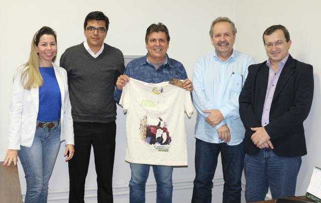 Assinatura de contrato parceria – Cristiane Santos, Giorgio Bonato, Cleir Ávila, Mário Sérgio e Sadi Masiero. - Crédito: Foto: Divulgação