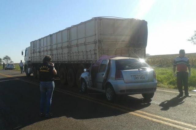 Carro teria tentado ultrapassagem antes de bater em carreta. - Crédito: Foto: Cido Costa/Dourados Agora