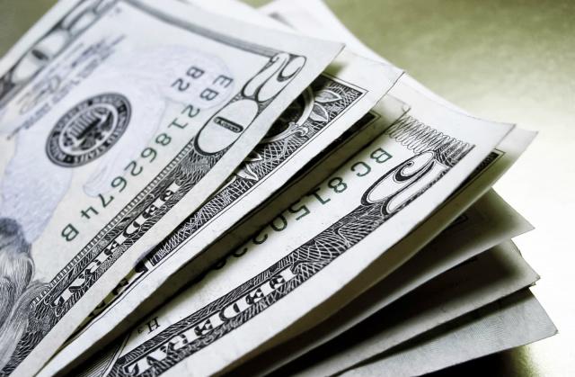 Dólar tem forte queda e chega a R$ 3,30 -