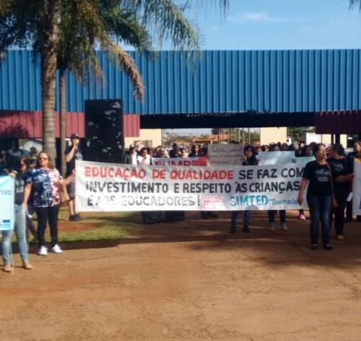 Professores durante protesto hoje na prefeitura - Crédito: Foto: Divulgação