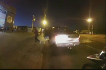 Momento em que mulher desce do carro e corre com a criança nos braços para a UPA -