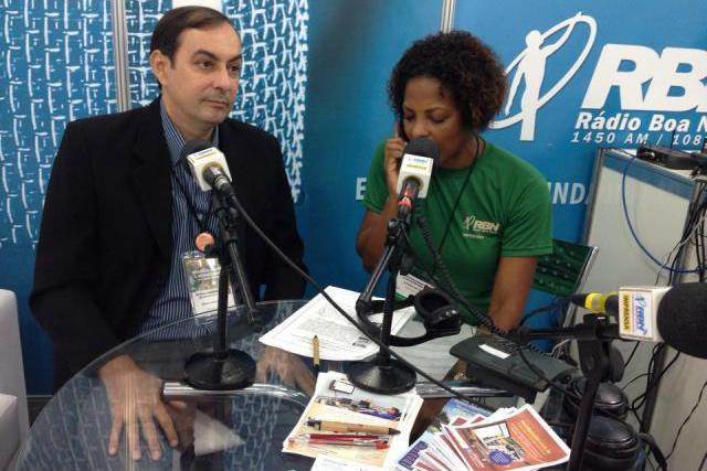 """Hugo irá autografar seu livro mais recente: """"Mar de Areia"""" - Crédito: Foto: Rádio Boa Nova"""
