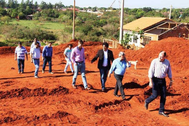 Autoridades vistoriam obras no Vila Alta, em Naviraí. - Crédito: Foto: Assessoria