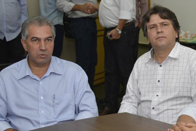 Governador de MS, Reinaldo Azambuja com o prefeito de Batagussu, Pedro Arlei Caravina. - Crédito: Foto: Divulgação